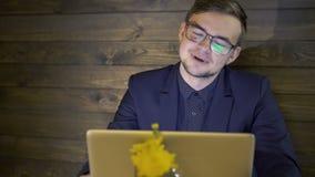 Επιχειρηματίας που εργάζεται με το lap-top και ευτυχώς που εκπλήσσει αργά απόθεμα βίντεο