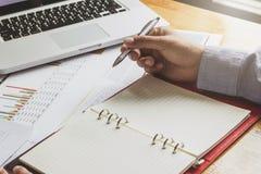 Επιχειρηματίας που εργάζεται με το lap-top και τα έγγραφα Στοκ Εικόνες