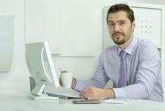 Επιχειρηματίας που εργάζεται με το lap-top στην αρχή Στοκ φωτογραφίες με δικαίωμα ελεύθερης χρήσης