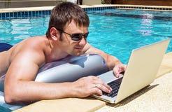 Επιχειρηματίας που εργάζεται με το lap-top στη λίμνη Στοκ Εικόνες