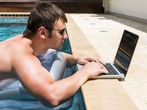 Επιχειρηματίας που εργάζεται με το lap-top στη λίμνη Στοκ φωτογραφία με δικαίωμα ελεύθερης χρήσης