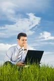Επιχειρηματίας που εργάζεται με το lap-top Στοκ εικόνα με δικαίωμα ελεύθερης χρήσης