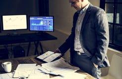 Επιχειρηματίας που εργάζεται μόνο σε μια αίθουσα συνεδριάσεων Στοκ Φωτογραφία