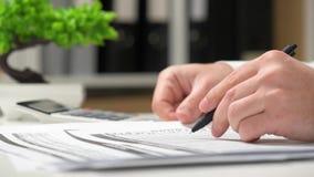 Επιχειρηματίας που εργάζεται σε ένα γραφείο Κινηματογράφηση σε πρώτο πλάνο χεριών και εγγράφων απόθεμα βίντεο