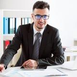 Επιχειρηματίας που εργάζεται σε ένα γραφείο στοκ φωτογραφίες