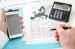 Επιχειρηματίας που εργάζεται σε ένα οικονομικό έγγραφο Στοκ εικόνες με δικαίωμα ελεύθερης χρήσης