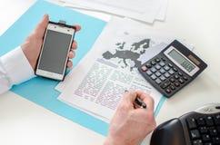 Επιχειρηματίας που εργάζεται σε ένα οικονομικό έγγραφο Στοκ Εικόνα