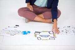 Επιχειρηματίας που εργάζεται στα διαγράμματα εικονιδίων Στοκ Εικόνες