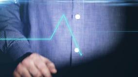 Επιχειρηματίας που εργάζεται στην ολογραφική διεπαφή οικονομικός βακκινίων Άτομο σχετικά με μια οπτική οθόνη με τον ολογραφικό υπ απόθεμα βίντεο