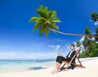 Επιχειρηματίας που εργάζεται στην παραλία με το lap-top Στοκ Εικόνες