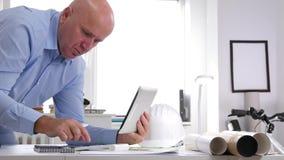 Επιχειρηματίας που εργάζεται στην ταμπλέτα χρήσης γραφείων αρχιτεκτονικής και τη μηχανή προσθήκης απόθεμα βίντεο