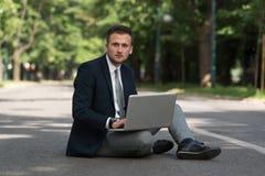 Επιχειρηματίας που εργάζεται στην ταμπλέτα έξω από το γραφείο Στοκ Εικόνες