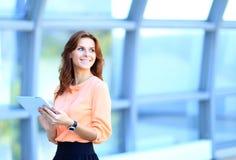 Επιχειρηματίας που εργάζεται στην ψηφιακή ταμπλέτα στοκ εικόνα με δικαίωμα ελεύθερης χρήσης