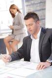 Επιχειρηματίας που εργάζεται στη συνεδρίαση γραφείων στο γραφείο Στοκ φωτογραφία με δικαίωμα ελεύθερης χρήσης