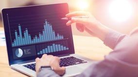 Επιχειρηματίας που εργάζεται στη σφαιρική οικονομική στρατηγική ανάλυσης αύξησης εμπορικών συναλλαγών που χρησιμοποιεί το lap-top φιλμ μικρού μήκους