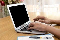 Επιχειρηματίας που εργάζεται στον υπολογιστή στο Υπουργείο Εσωτερικών Στοκ εικόνα με δικαίωμα ελεύθερης χρήσης