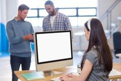 Επιχειρηματίας που εργάζεται στον υπολογιστή στην αρχή Στοκ φωτογραφία με δικαίωμα ελεύθερης χρήσης