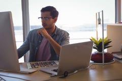 Επιχειρηματίας που εργάζεται στον υπολογιστή στο γραφείο Στοκ φωτογραφία με δικαίωμα ελεύθερης χρήσης