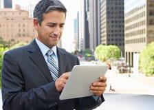 Επιχειρηματίας που εργάζεται στον υπολογιστή ταμπλετών έξω από το γραφείο Στοκ φωτογραφία με δικαίωμα ελεύθερης χρήσης