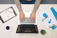 Επιχειρηματίας που εργάζεται στο γραφείο γραφείων και που χρησιμοποιεί το lap-top, τοπ άποψη Στοκ φωτογραφία με δικαίωμα ελεύθερης χρήσης