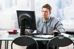 Επιχειρηματίας που εργάζεται στο γραφείο γραφείων Στοκ φωτογραφίες με δικαίωμα ελεύθερης χρήσης