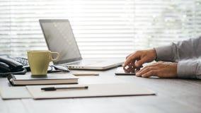 Επιχειρηματίας που εργάζεται στο γραφείο γραφείων Στοκ φωτογραφία με δικαίωμα ελεύθερης χρήσης