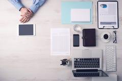 Επιχειρηματίας που εργάζεται στο γραφείο με μια ψηφιακή ταμπλέτα Στοκ φωτογραφίες με δικαίωμα ελεύθερης χρήσης