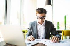Επιχειρηματίας που εργάζεται στο γραφείο με τα έγγραφα στοιχείων lap-top, ταμπλετών και γραφικών παραστάσεων στο γραφείο του Στοκ φωτογραφία με δικαίωμα ελεύθερης χρήσης