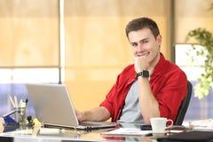 Επιχειρηματίας που εργάζεται στο γραφείο που εξετάζει σας Στοκ εικόνες με δικαίωμα ελεύθερης χρήσης