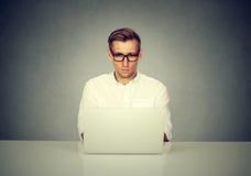 Επιχειρηματίας που εργάζεται στο γραφείο που χρησιμοποιεί το φορητό προσωπικό υπολογιστή Στοκ φωτογραφία με δικαίωμα ελεύθερης χρήσης