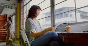 Επιχειρηματίας που εργάζεται στο γραφείο σε ένα σύγχρονο γραφείο 4k φιλμ μικρού μήκους