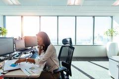 Επιχειρηματίας που εργάζεται στο γραφείο της στην αρχή Στοκ εικόνα με δικαίωμα ελεύθερης χρήσης