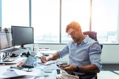 Επιχειρηματίας που εργάζεται στο γραφείο του στην αρχή Στοκ Φωτογραφία