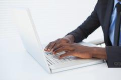 Επιχειρηματίας που εργάζεται στο γραφείο του στο lap-top Στοκ Εικόνες