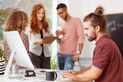 Επιχειρηματίας που εργάζεται στο γραφείο Στοκ εικόνες με δικαίωμα ελεύθερης χρήσης