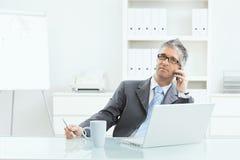 Επιχειρηματίας που εργάζεται στο γραφείο Στοκ εικόνα με δικαίωμα ελεύθερης χρήσης