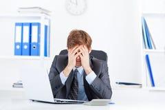 Επιχειρηματίας που εργάζεται στο γραφείο Στοκ Φωτογραφία