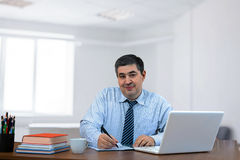 Επιχειρηματίας που εργάζεται στο γραφείο Στοκ Φωτογραφίες