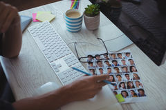 Επιχειρηματίας που εργάζεται στο δημιουργικό γραφείο γραφείων Στοκ φωτογραφία με δικαίωμα ελεύθερης χρήσης
