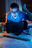 0 επιχειρηματίας που εργάζεται στο σπίτι μέχρι αργά Στοκ Εικόνα
