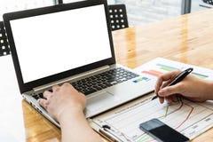 επιχειρηματίας που εργάζεται στο φορητό προσωπικό υπολογιστή χρήσης γραφείων Στοκ Εικόνες