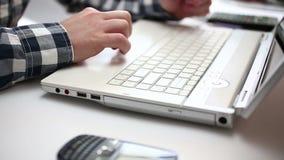 Επιχειρηματίας που εργάζεται στο lap-top απόθεμα βίντεο