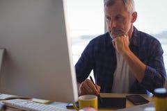 Επιχειρηματίας που εργάζεται digitizer στο γραφείο γραφείων Στοκ φωτογραφία με δικαίωμα ελεύθερης χρήσης