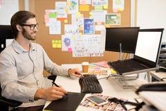 Επιχειρηματίας που εργάζεται digitizer στο δημιουργικό γραφείο γραφείων Στοκ Εικόνες