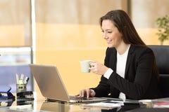 Επιχειρηματίας που εργάζεται on-line στο γραφείο Στοκ Εικόνες