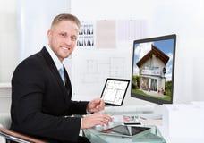 Επιχειρηματίας που ελέγχει ένα χαρτοφυλάκιο ιδιοκτησίας on-line Στοκ φωτογραφίες με δικαίωμα ελεύθερης χρήσης