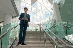 Επιχειρηματίας που ελέγχει την ταμπλέτα του Στοκ Εικόνες