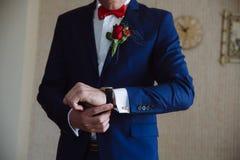 Επιχειρηματίας που ελέγχει το χρόνο στο wristwatch του χέρι ατόμων ` s με ένα ρολόι Στοκ φωτογραφίες με δικαίωμα ελεύθερης χρήσης