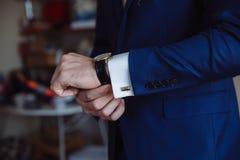 Επιχειρηματίας που ελέγχει το χρόνο στο wristwatch του χέρι ατόμων ` s με ένα ρολόι Στοκ φωτογραφία με δικαίωμα ελεύθερης χρήσης