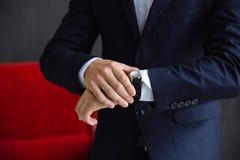 Επιχειρηματίας που ελέγχει το χρόνο στο wristwatch του men& x27 χέρι του s με ένα ρολόι στοκ φωτογραφίες με δικαίωμα ελεύθερης χρήσης